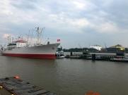 Hamburg Elbufer Frachter 1